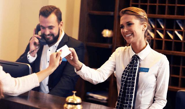personas atendiendo a una mujer en un hotel