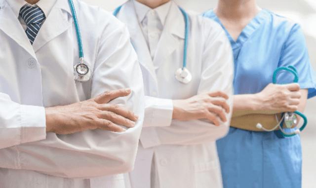 varios médicos trabajando