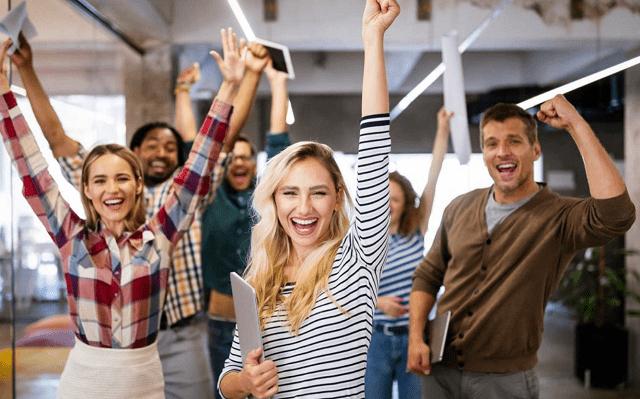 personas felices en su trabajo